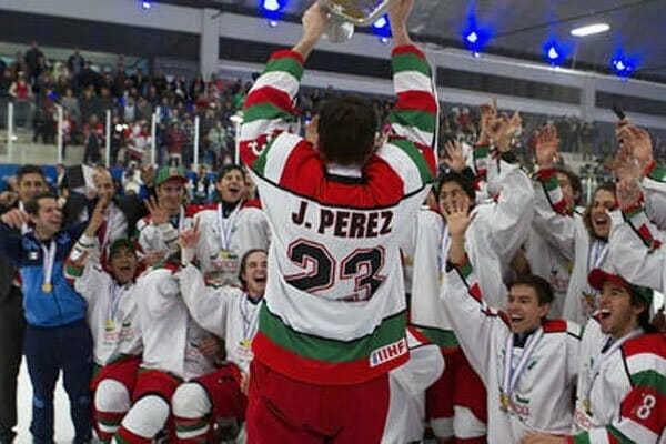 Hockey winners: goalkeeper Pérez hoists the cup after yesterday's victory