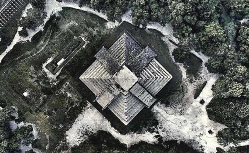 The illegal photo of Chichén Itzá.