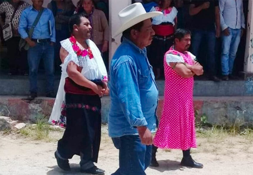 The mayor of Huixtán and another official in women's garb.