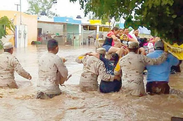 Soldiers provide aid to a family in Comondú. One took responsibility for the family dog.