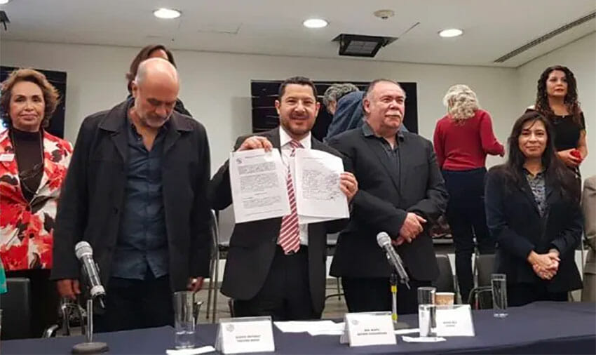 Batres, center, with his proposed bill.