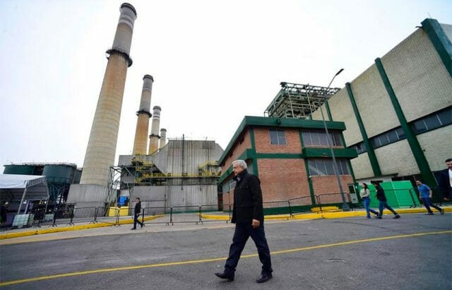 The president at the coal-fired thermoelectric plant in Nava.