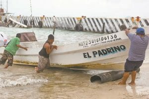 Fishermen in Quintana Roo prepare for the arrival of the hurricane.