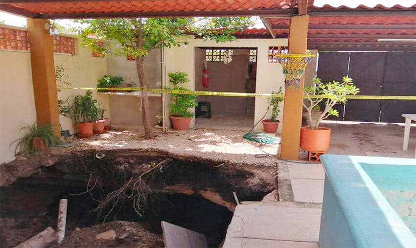 This sinkhole appeared in the patio of a home in Mérida.