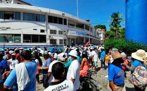 Protesters outside the sewer and water utility Monday in Acapulco.
