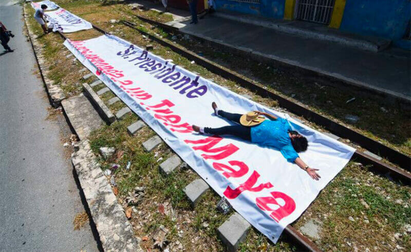 Banners proclaim residents' dismay over routing the train through the center of Campeche.
