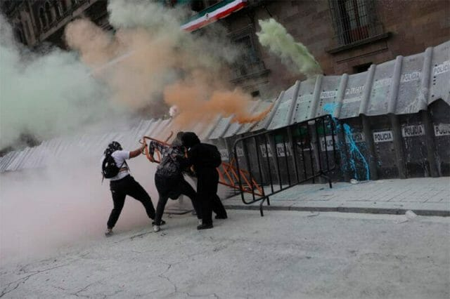 A conflict between protesters and police at the National Palace.