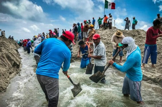 Residents of San Dionisio del Mar relieve flooding