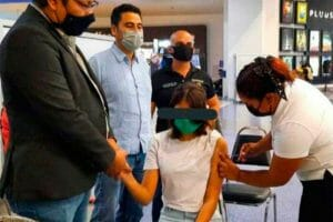 A 14-year-old girl is vaccinated in Nuevo León after obtaining an injunction.